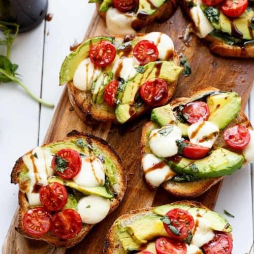 Avocado Caprese Crostini | cafedelites.com