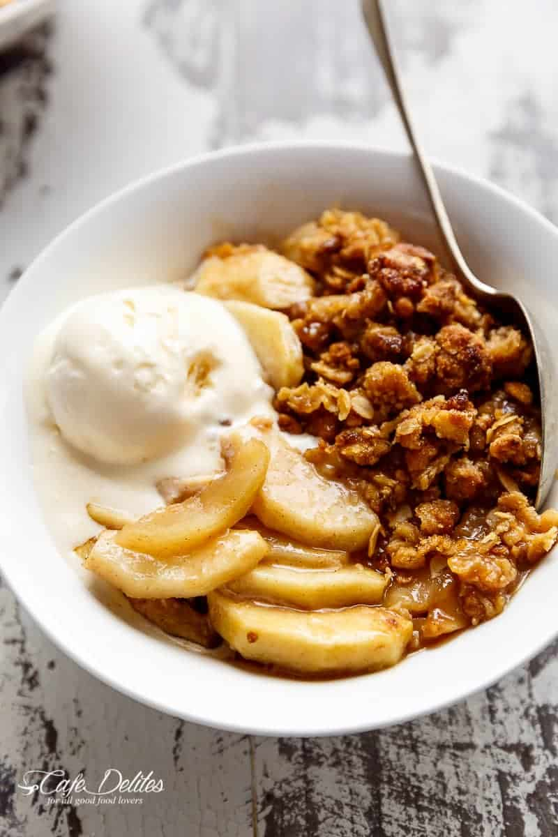 Easy Cinnamon Apple Crisp (Apple Crumble) | https://cafedelites.com