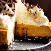 Chocolate Pumpkin Cheesecakeis a fluffy, creamy pumpkin cheesecake perfect for Thanksgiving! Easy to make with anOreo base and beautiful fall flavours! | Cafe Delites