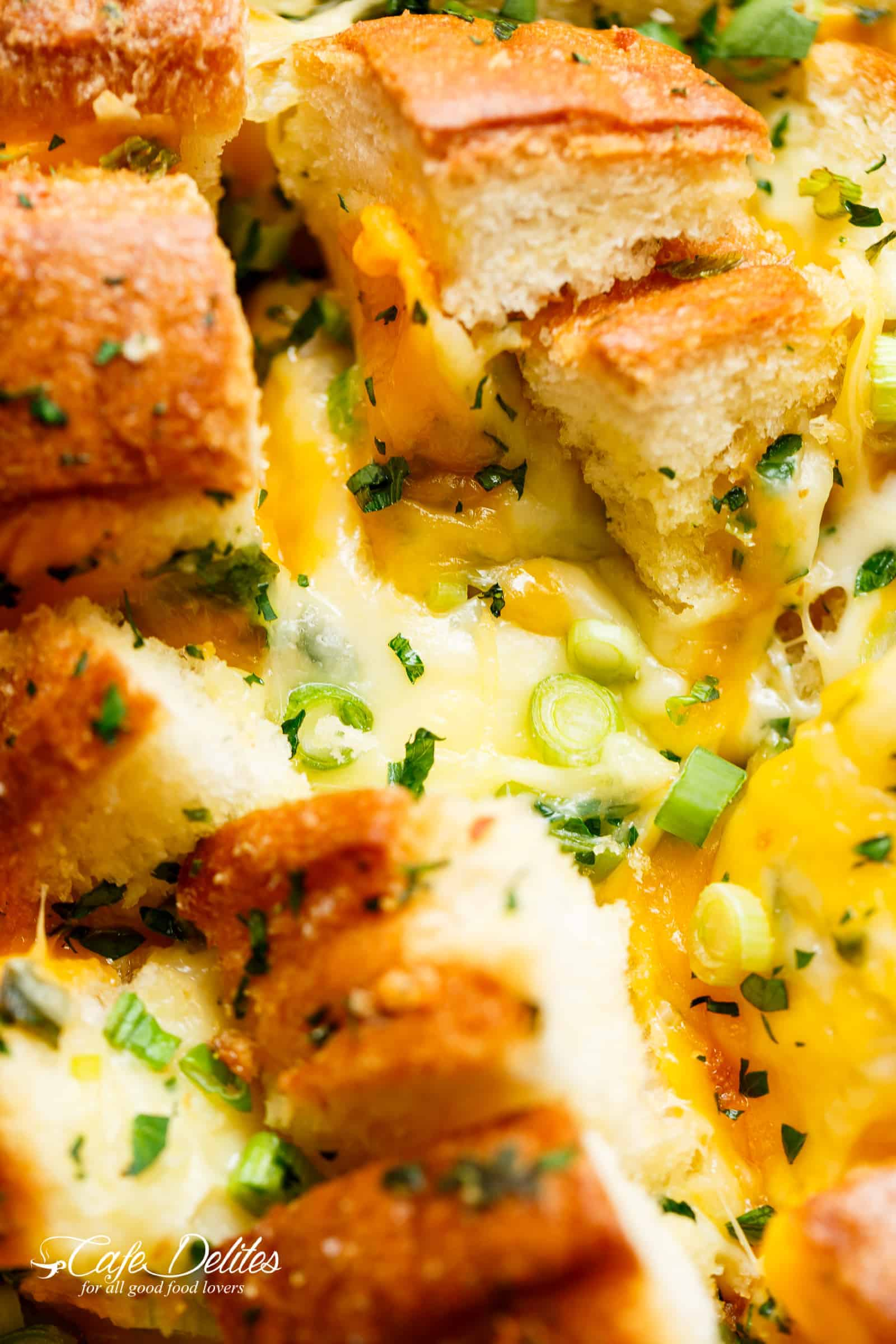 So MUCH CHEESE Bloomin' Onion Garlic Pull Apart Bread | cafedelites.com