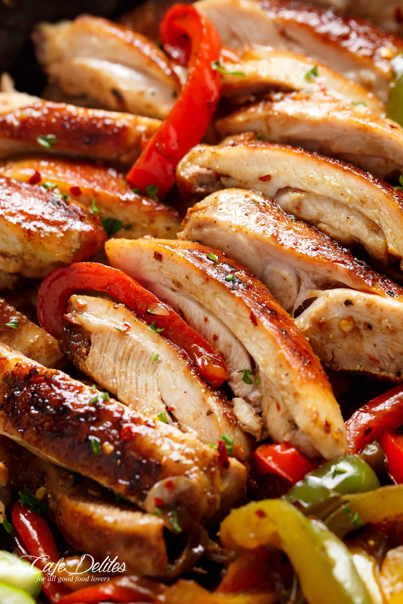 The BEST chicken fajitas are seared for that unmistakeable crisp-charred outer edge! | cafedelites.com