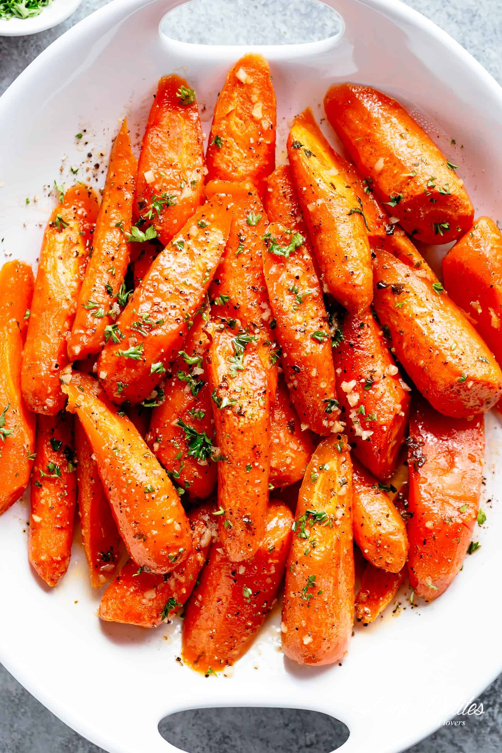 Honey Garlic Butter Roasted Carrots are the best side dish to add to your dinner table! Buttery, tender carrots roasted with the best honey garlic butter sauce! Honey Garlic Butter Roasted Carrots take ordinary roasted carrots to a whole new level! | cafedelites.com
