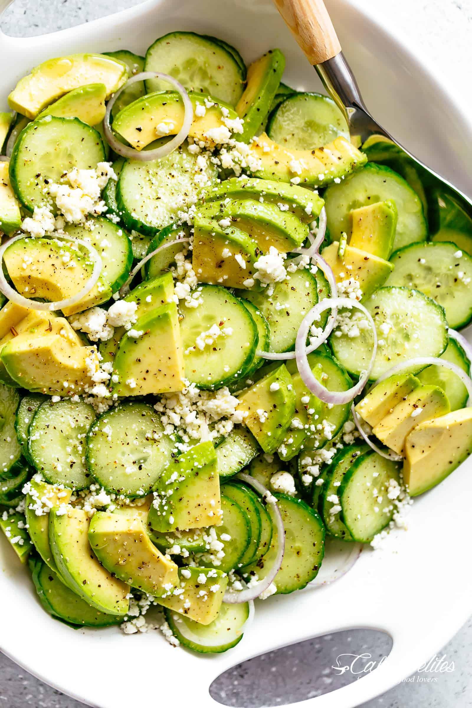 Salade de concombre et d'avocat avec fromage feta et une délicieuse vinaigrette ou vinaigrette d'inspiration grecque. La meilleure salade pour tout plat principal. | cafedelites.com