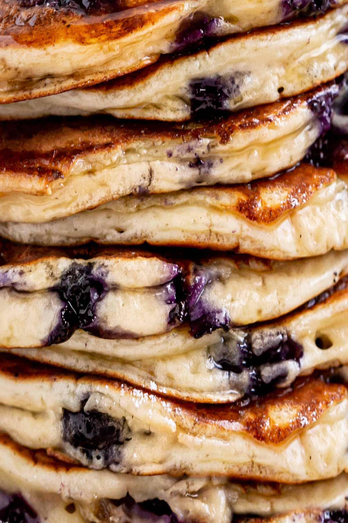 Gros plan d'une pile de crêpes aux bleuets   cafedelites.com